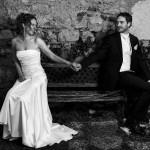 le photographe capture les mariés qui se regardent dans les yeux