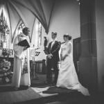 les mariés pendant la cérémonie religieuse