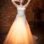 idée originale du photographe qui demande à la mariée de se placer au-dessus d'une lumière