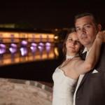 les mariés à la petite france de strasbourg regardent le photographe