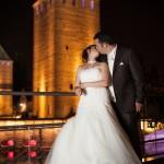 les mariés s'embrassent à la petite france de nuit
