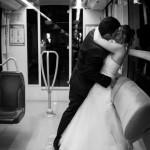 les mariés sont dans le tramway en compagnie du photographe