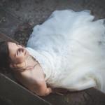 magnifique photo de la mariée assise sur un banc dans le parc de l'orangerie de strasbourg