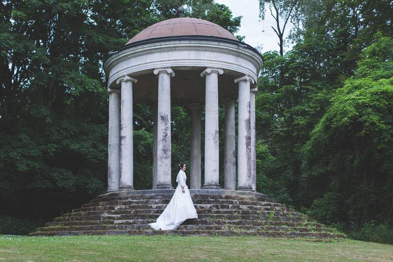 La mariée devant une coupole romaine