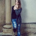 jeune femme adossée contre un mur de l'église d'alzingen
