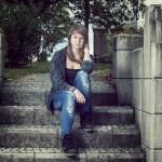 portrait d'une jeune femme avec flash déporté