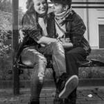 jeune couple à l'arrêt de bus de alzingen