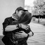 jeune homme embrassant sa fiançée