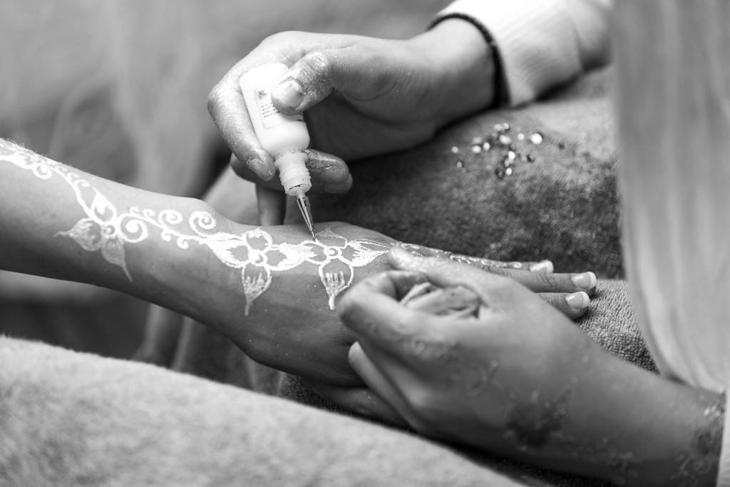 la mariée se fait tatouer au hennin