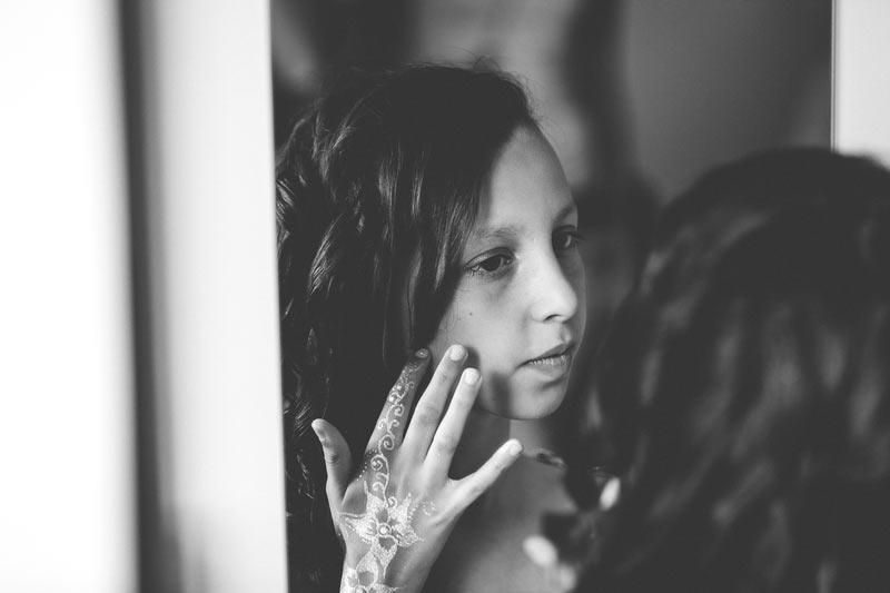 la petite fille se regarde dans le mirroir