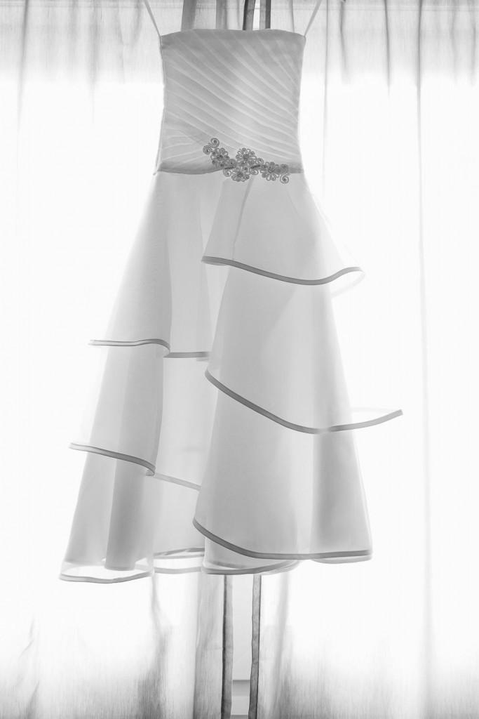 la robe de la mariée photographiée devant la fenêtre