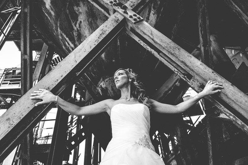 le photographe demande à la mariée de poser sur une structure metallique en moselle
