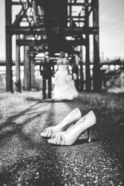 photo de couple originale avec les chaussures au premier plan moselle