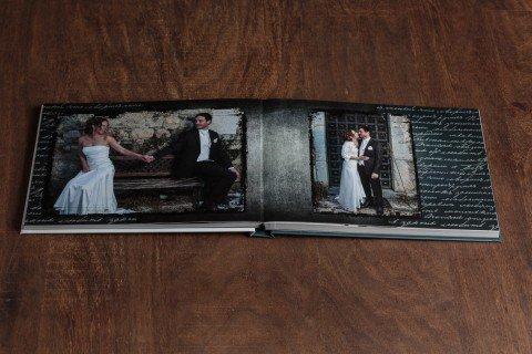 livre de mariage ouvert sur une table