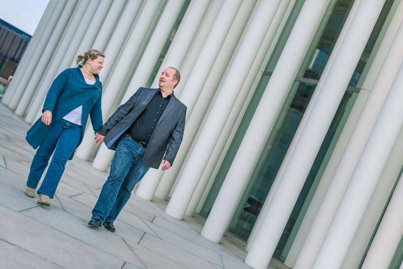 couple marchant main dans la main au philharmonie du luxembourg