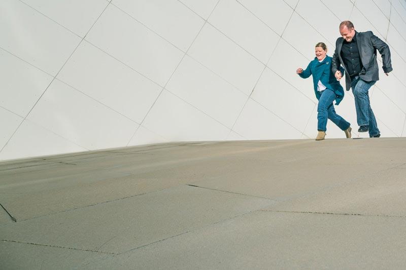 un couple court devant le philharmonie