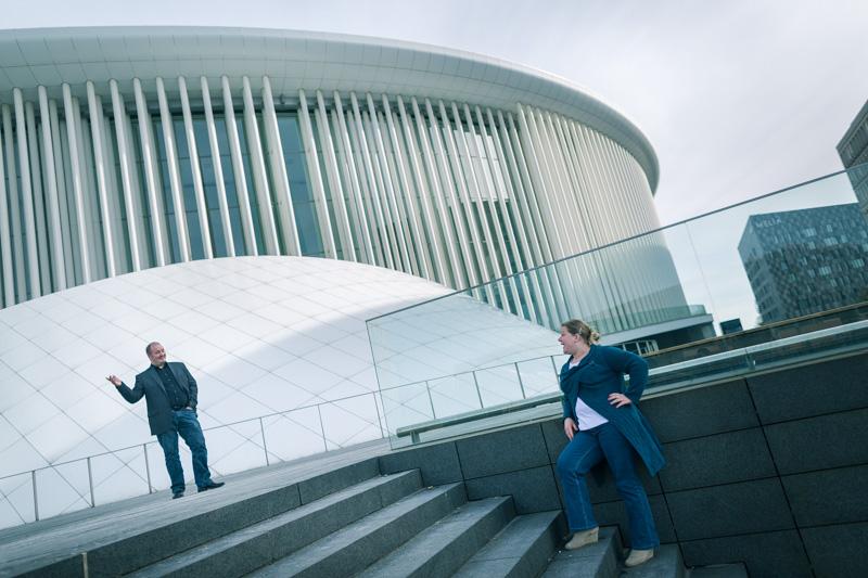 un couple de fiançés devant le philharmonie du luxembourg