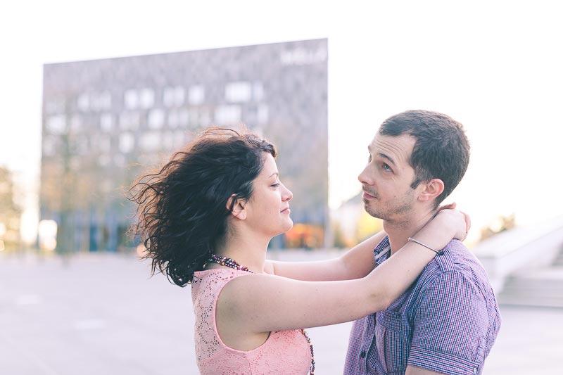 la fiancée passe ses mains autour du cou de son amoureux