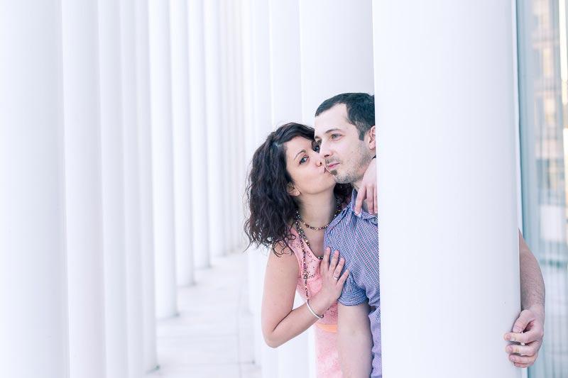 la fiancée embrasse son amoureux