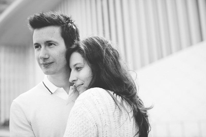 jolie photo de fiançailles devant le philharmonie