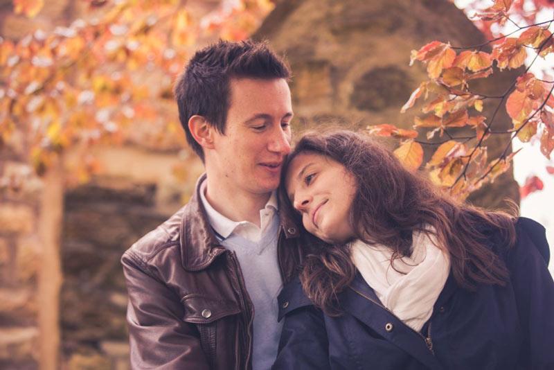 photo de couple devant un arbre en automne