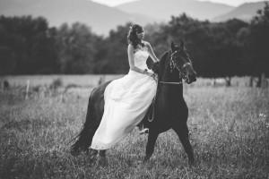 mariée à cheval dans la campagne