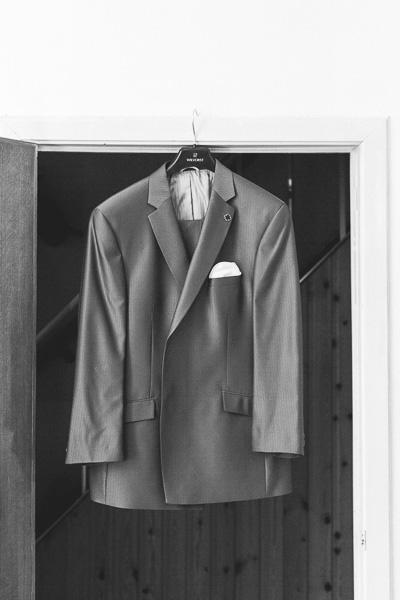 le costume du marié sur son cintre
