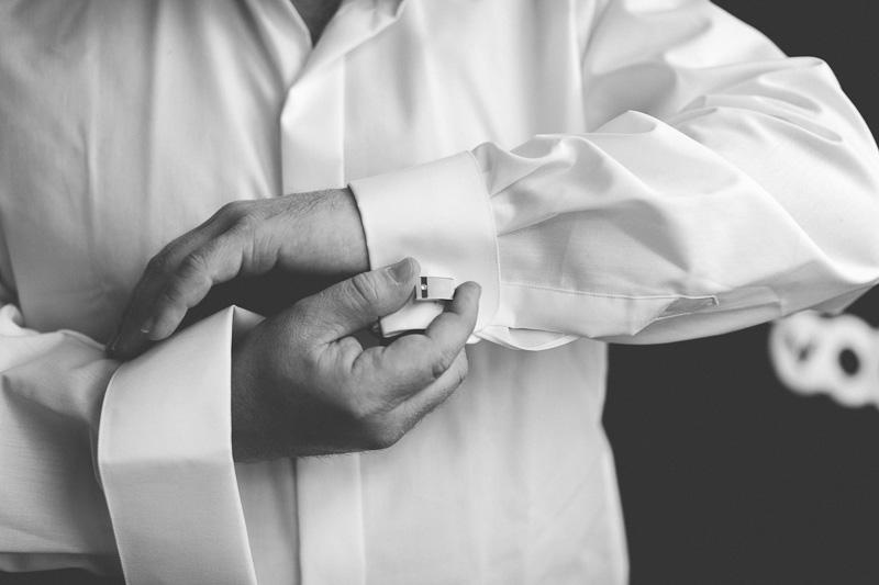 le marié ajuste ses boutons de manchette