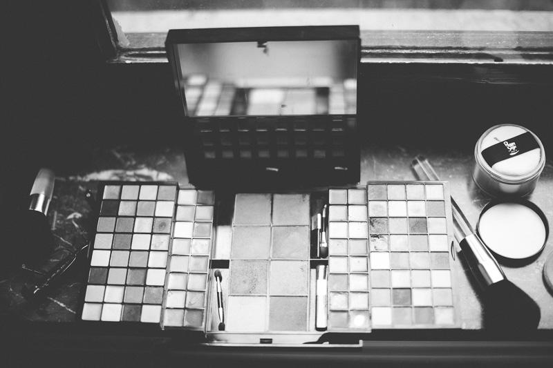 une palette de maquillage sur le rebord d'une fenêtre