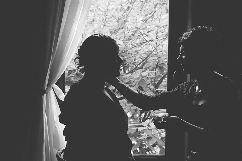 silhouette de la mariée se faisant maquiller