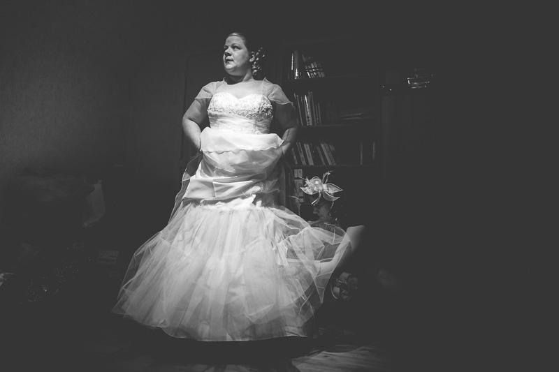 la mariée passe sa robe avec l'aide de sa témoin