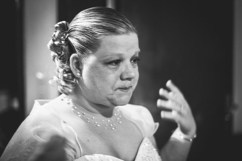la mariée verse une larme en s'admirant dans le miroir