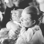 la mariée embrasse sa petite fille