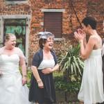 fou rire capté par le photographe de mariage lors des photos de groupe