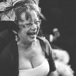 belle-maman éclate de rire pendant la cérémonie sous l'oeil du phtographe