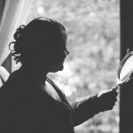 la mariée se regarde dans le miroir