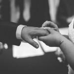 le photographe saisit l'instant où les mariés se passent la bague au doigt