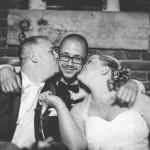 les mariés embrassent le témoin pendant le diner