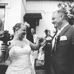 les mariés heureux devant leur domicile