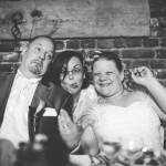photo de gens faisant les clowns pendant le mariage