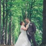 pose moderne des mariés lors des photos de couple