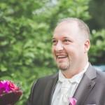 sourire du marié découvrant sa femme en robe de mariée