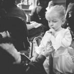 une petite fille fait signe à un bébé de se taire