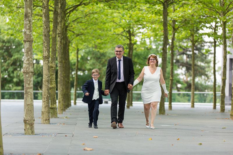 Un couple et leur enfant marchant main dans la main