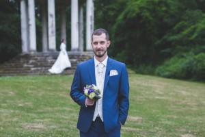 Le marié la main dans la poche attend sa future femme