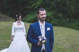 Les mariés sourient lors du first-look