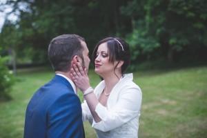 La mariée prend le visage du marié dans ses mains