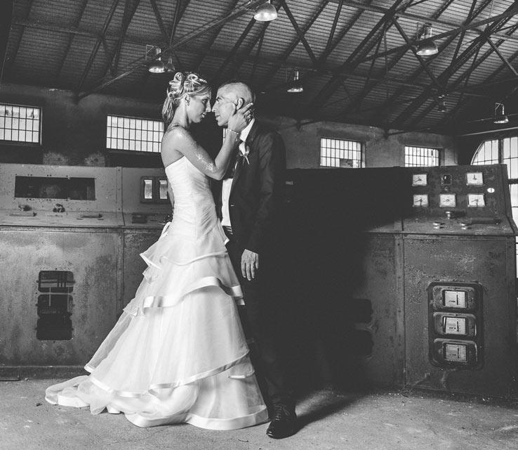 pose glamour des mariés à l'intérieur de l'usine en lorraine