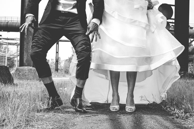 le marié soulève le pantalon pour le fun en lorraine