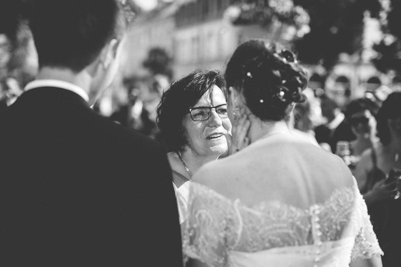 émotion de la mère de la mariée capturée par le photographe